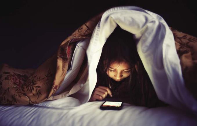 bermain telefon bimbit sebelum tidur
