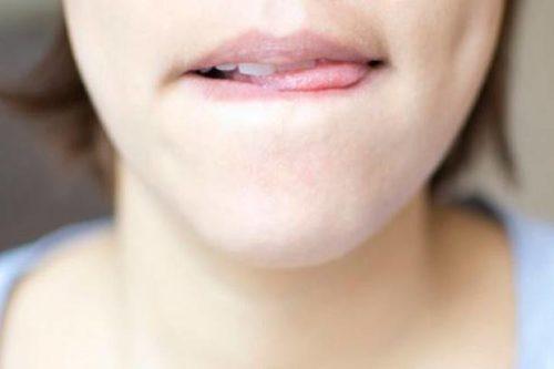 basahkan bibir